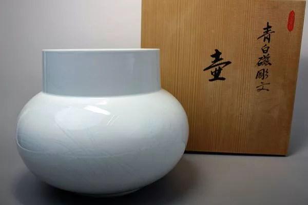 井上萬二 青白磁彫文壺