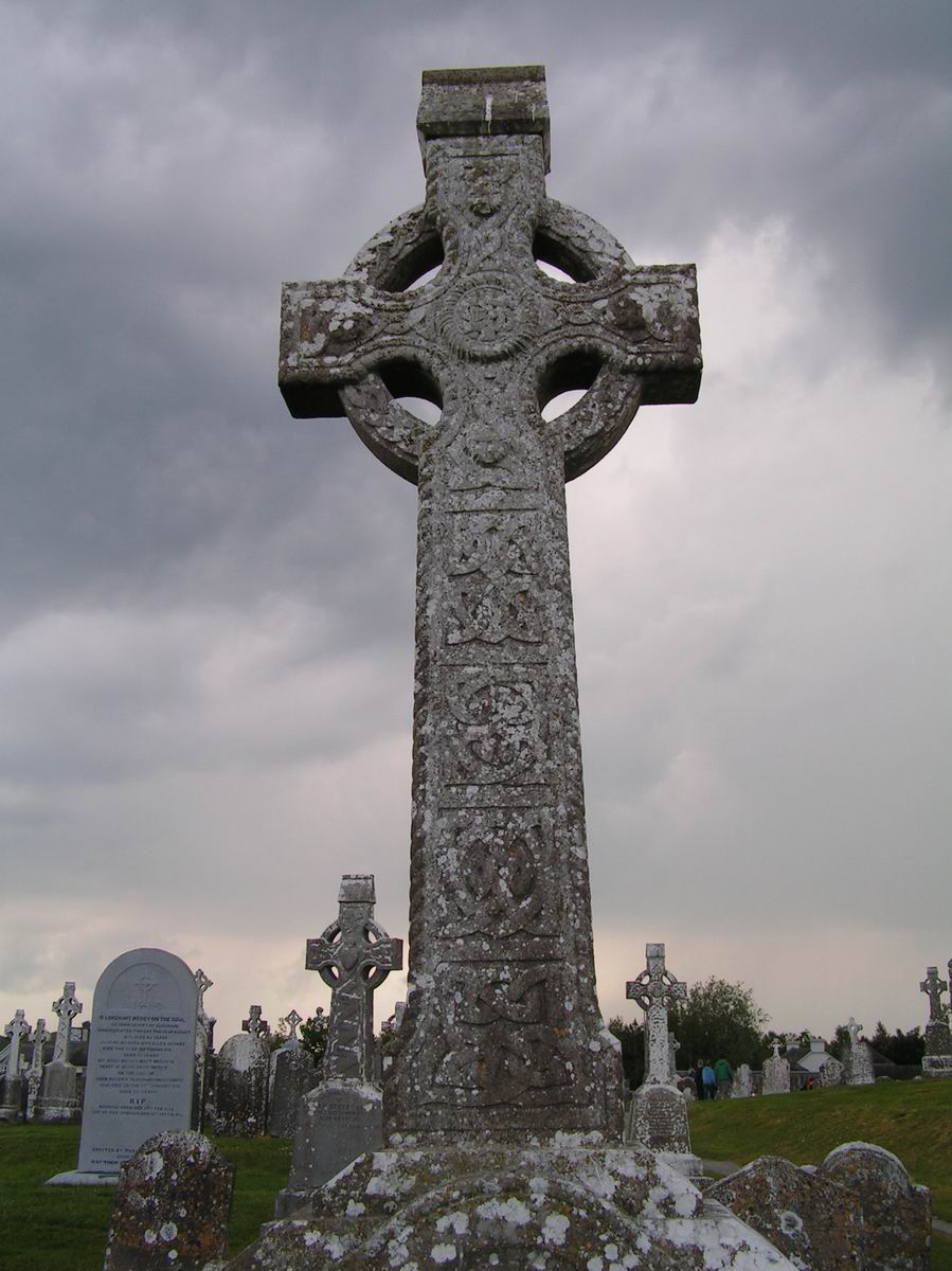 http://antique.mrugala.net/Celte/Images/Irlande%20-%20Clonmacnoise%20-%20Croix%20celtique%20(2).jpg