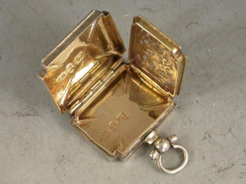 Sourcing Paris Flea Markets for Jewelry Pieces-Vinaigrette full