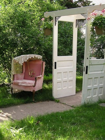 Ideas-Garden-decorations-old-doors-gazebo-vintage-armchair-pink-upholstery