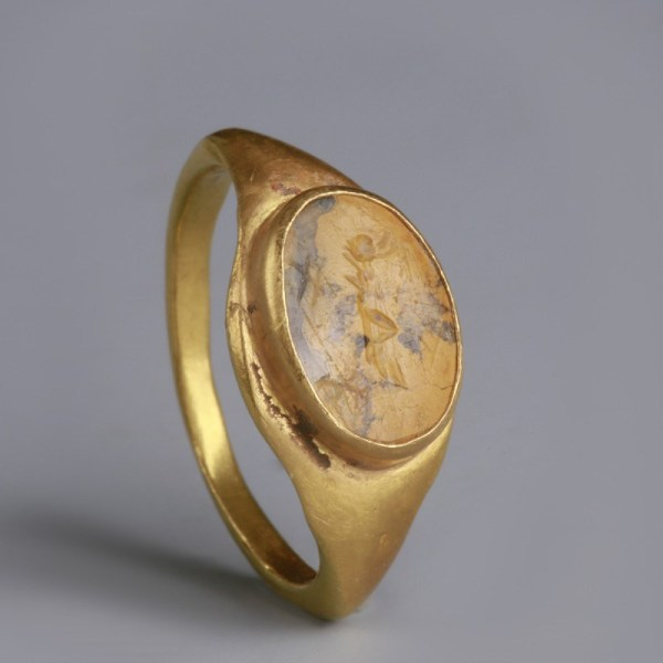Roman Gold Ring with Victoria Intaglio