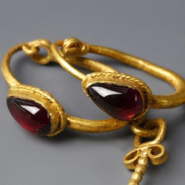 Roman Gold Drop Earrings with Garnets