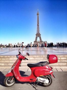 Andrea Rees (@wanderingiphone) of Canada rented a Vespa and drove it all over Paris. Nice. pic.twitter.com/NaWzKQgGgC
