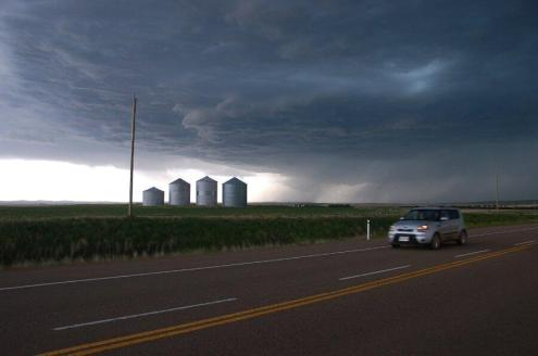 Boomergirl (@boomergirl50) of Canada was NOT in the Midwest US to take this photo. Rather, she was on the Canadian prairie viewing an imminent storm...or tornado? pic.twitter.com/yhcLwsOvP4