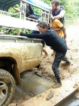 Tamara (@TurtlesTravel) of the USA also had vehicle-pushing issues in Laos: pic.twitter.com/mf5OrPbnyA