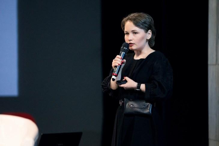 Мила Колпакова с микрофоном