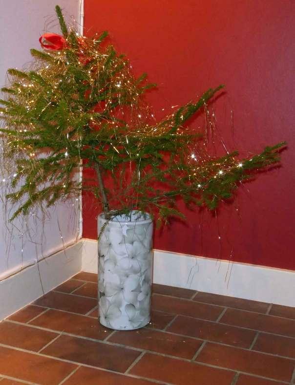 Min riktiga Julgran med glitter och röd rosett i toppen