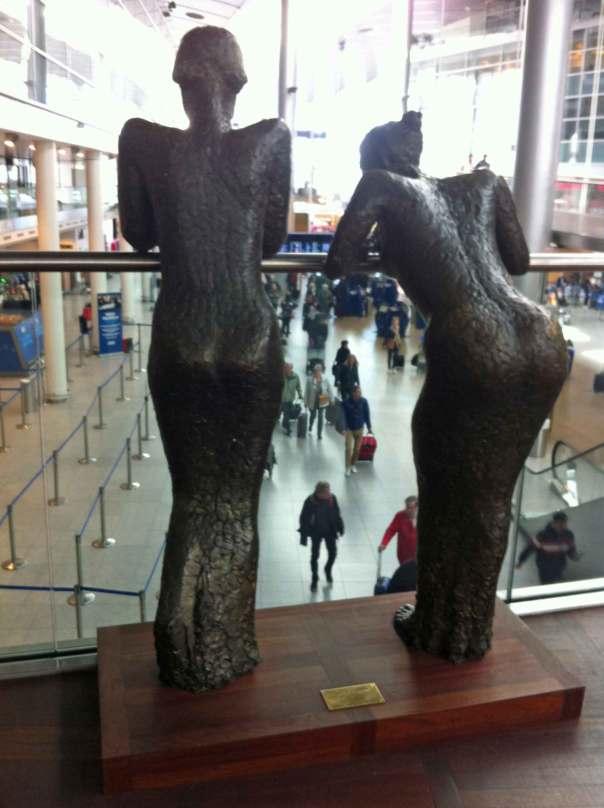 Kvinnoskulpturer som iakttar eller väntar - på Köpenhamns flygplats