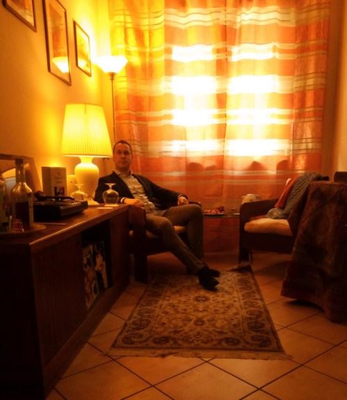Momenti di relax presso lo Studio Legale dell'Avvocato Basilio Elio Antoci di Nicolosi: angolo relax e di conversazione con i clienti e gli amici. Eleganza in stile vintage.