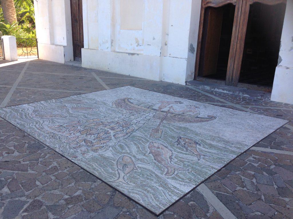 Mosaic davanti alla chiesa di San Pietro Church sulle Isole Eolie in Sicilia