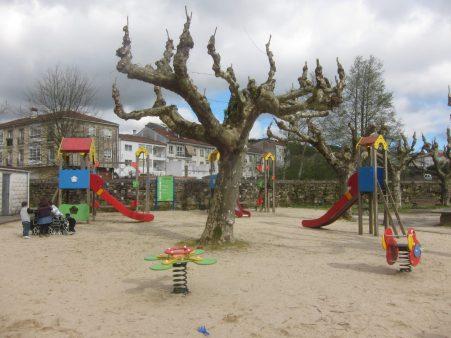 Paseo por Sar. El parque infantil de la Colexiata es espectacular