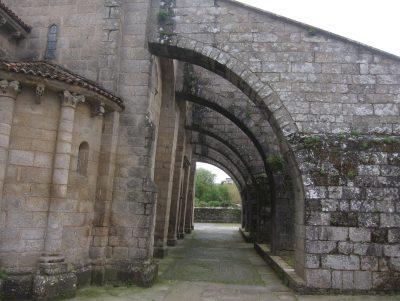 De paseo por Sar. Los arbotantes inclinados de la Colexiata de Santa María A Real de Sar
