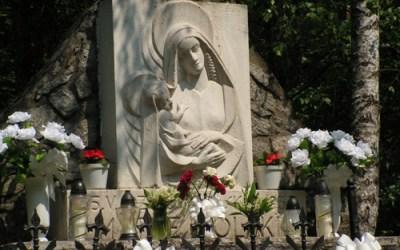 Pomnik Matki na skraju lasu w Barbarce