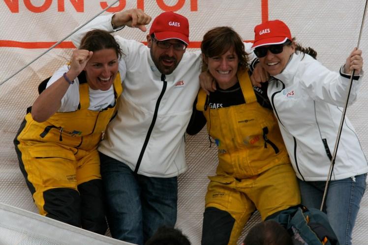 Antonio Gassó junto a Anna Corbella y Dee Caffari, las dos primeras mujeres en completar la vuelta al mundo a vela sin escalas, con el barco GAES
