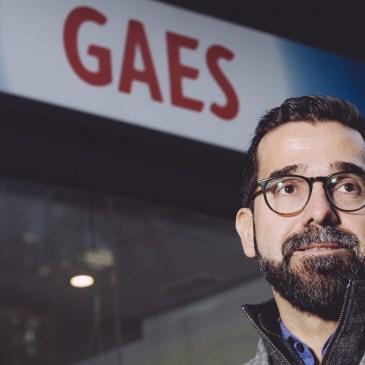Antonio Gassó delante de un centro GAES