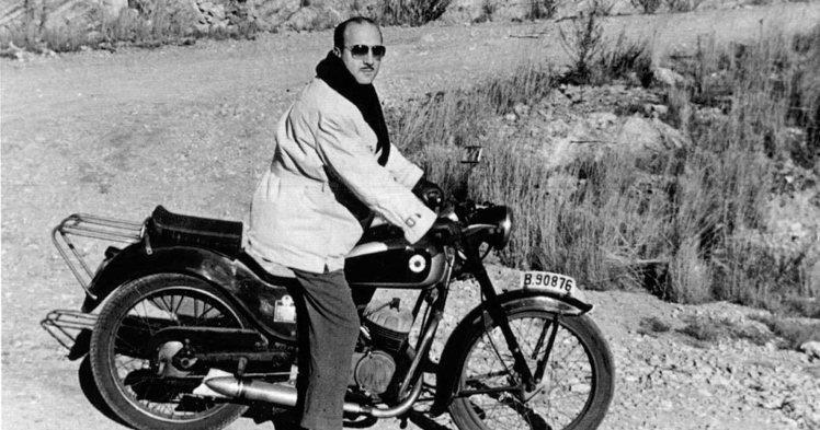 Juan Gassó junto a su moto Ossa 125 cc