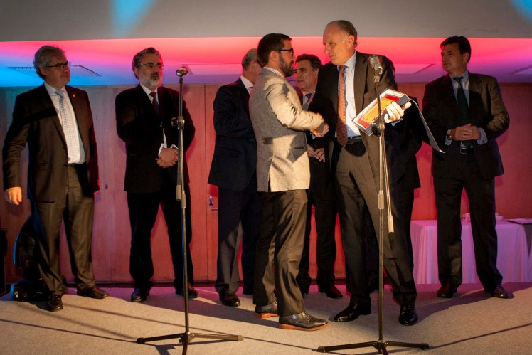 Antonio Gassó recibe la placa oro de manos de Miquel Quer, presidente de la SEORL