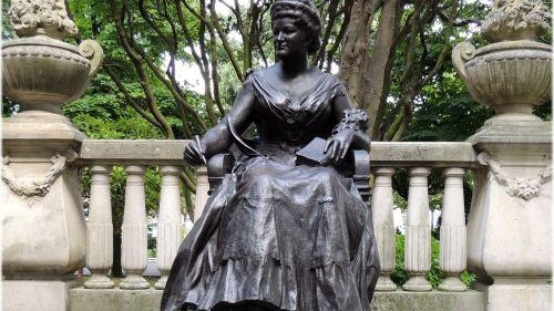 emilia estatua coruña