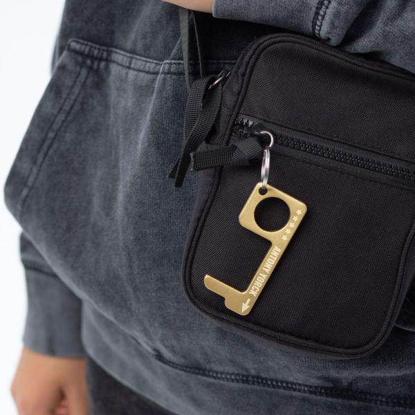 hygienehaken everyday carry no touch tool türöffner aus messing mit goldfarbe beschichtet und gravur spruch antony yorck foto 04