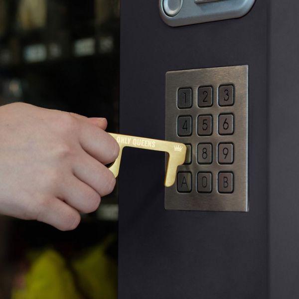 hygienehaken everyday carry no touch tool türöffner aus messing mit goldfarbe beschichtet und gravur spruch only queens foto 06