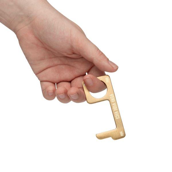 hygienehaken everyday carry no touch tool türöffner aus messing mit goldfarbe beschichtet und gravur spruch veni vidi vici foto 02