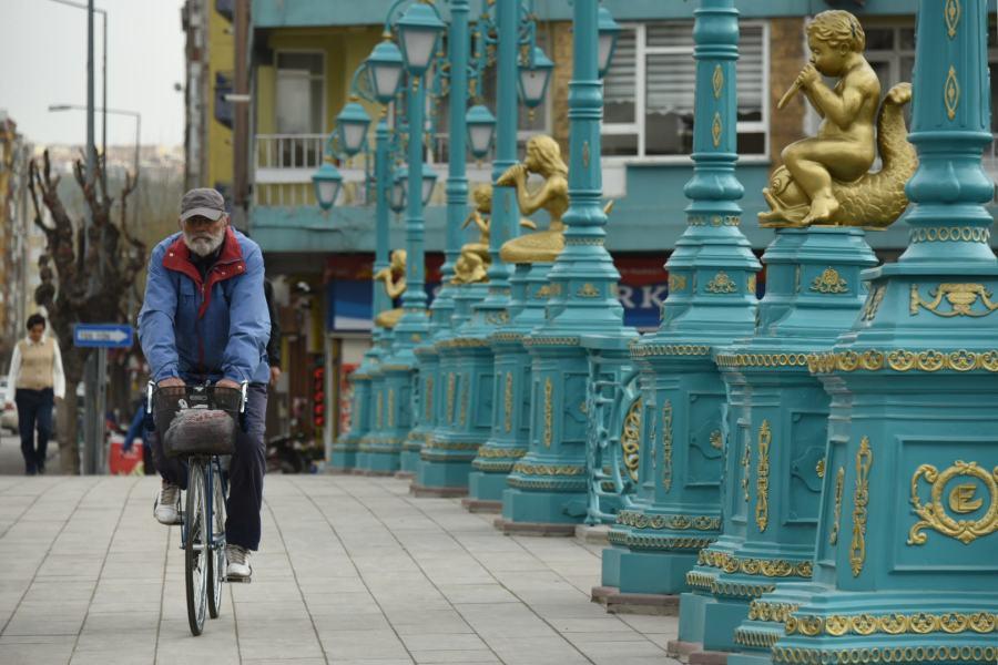 Cycliste vu de face, sur un pont