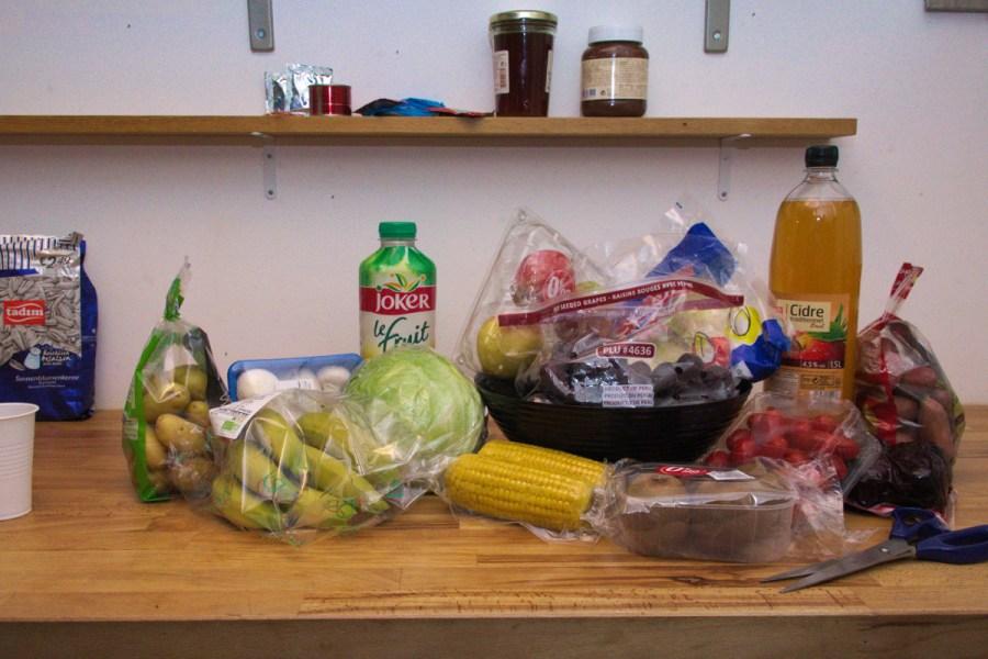 Illustration du suremballage avec des fruits et légumes dans leur emballage plastique