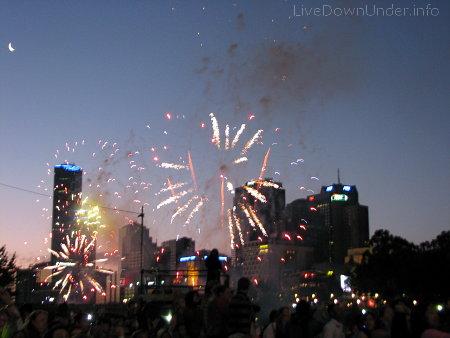 Pierwsze fajerwerki (dla dzieci) rozpoczęły się o godz. 21:15. Po nich udaliśmy się do domu i Nowy Rok przywitaliśmy z szampanem (bo w publicznych miejscach jest ZAKAZ spożywania alkoholu).