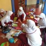 Kelas 4 SDI Anugerah Insani berlatih memasak dan menghias makanan