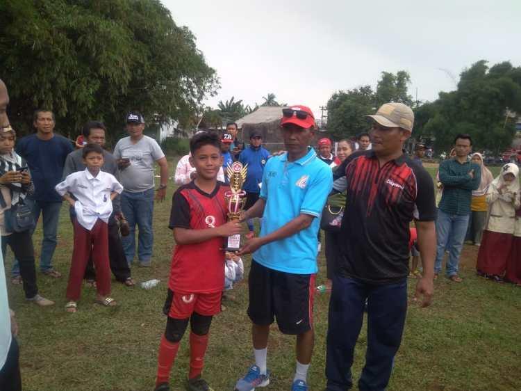 Penyerahan Piala Kepada Ananda Tsaqif dari SD Islam Anugerah Insani