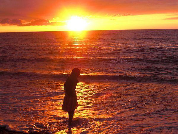 夕日と波打ち際