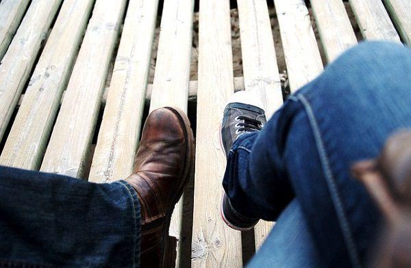 並んで座る2人の足元