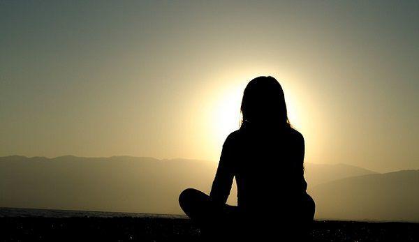 夕日を眺める女性のシルエット