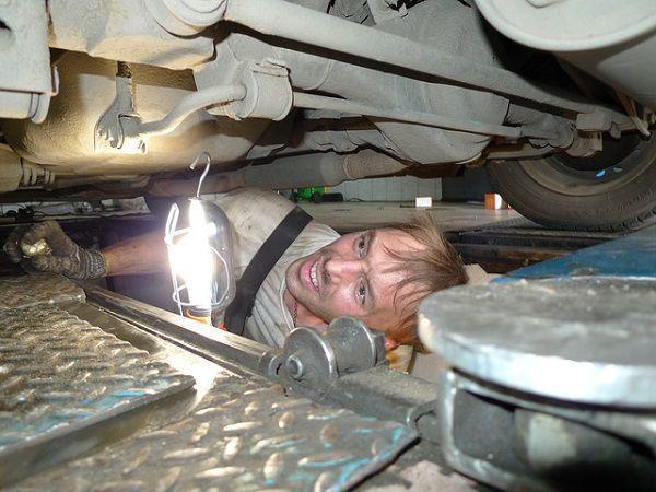 車の点検をする男性