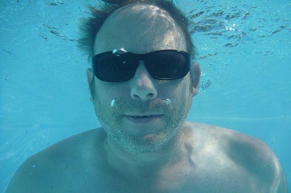 水中で息を止める男性