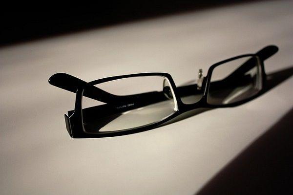 机の上の黒縁メガネ