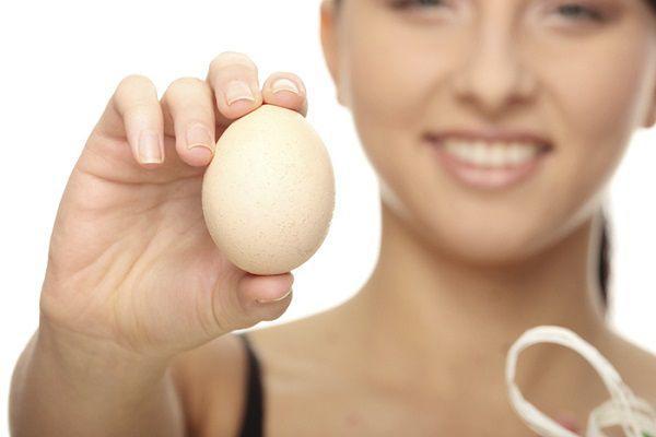卵を差し出す女性