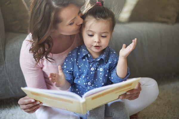 ママと本読みする娘