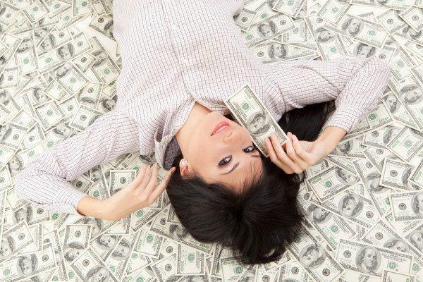 紙幣の上に寝そべる彼女