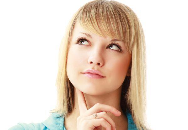 酵素ドリンク選びを悩む女性