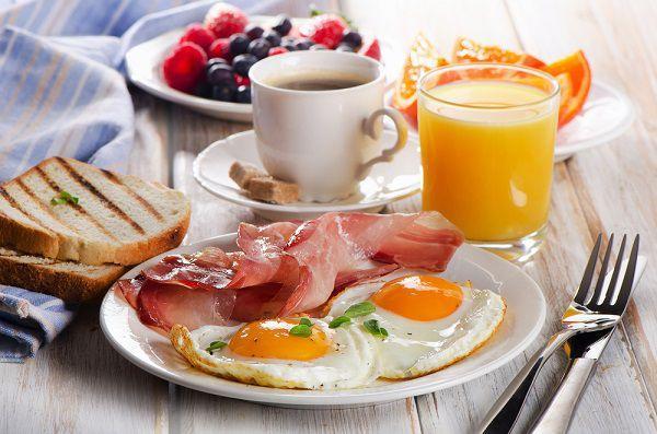 朝食を摂る