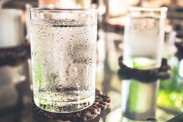 水滴のついたコップ