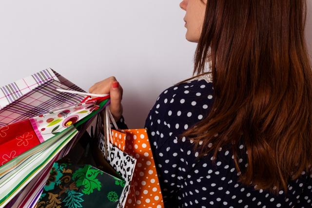 ファッションアイテムをショッピングする女性