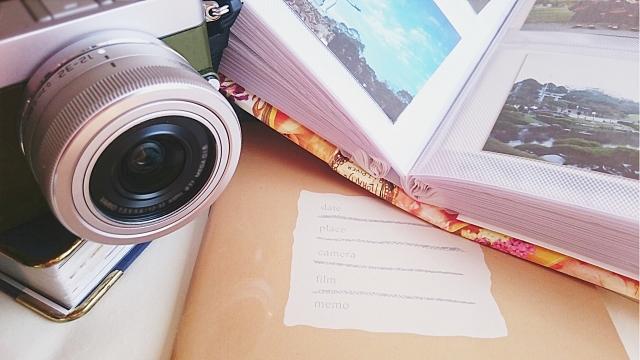 旅行の思い出とカメラとアルバム