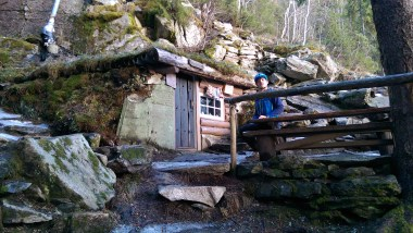I was having an explore on some of the track around the back of Geitfjellet and came across this little hobbit house