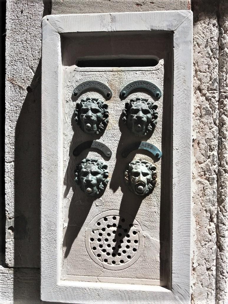 Venetian doorbell