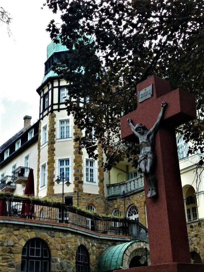 Hotel Palota Lillafüred beside a crucifix