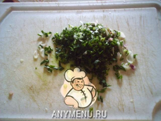 kurica-tushenaya-so-slivkami-i-molodym-chesnokom