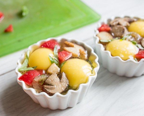 Яйца кокот с белыми грибами и помидорами3