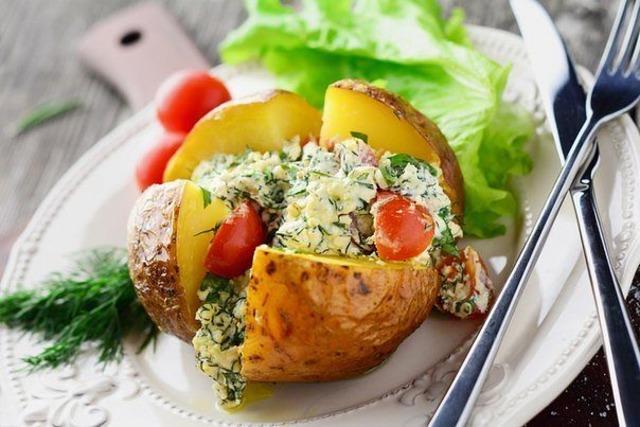pechenyj-kartofel-s-pryanoj-zelenyu-i-tvorogom